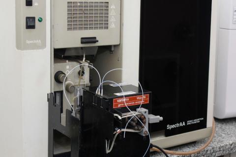 Espectrofotômetro de emissão ótica de plasma Espectrofotômetro de absorção atômica Espectrofotômetro de UV-Vis Fotômetro de chama